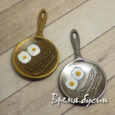 Сковородка с яичницей. Подвеска с эмалью