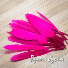 Перо гуся, длина 10-13 см, цвет фуксия (1 шт.)