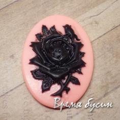 Кабошон акриловый розовый с черной розой, овал 30х40 мм (1 шт.)