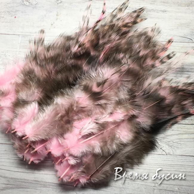 Перо петуха пестрое, цв.  розовый, длина 10-15 см (1 шт.)