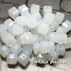 Бусины кубики из граненого стекла, 6х6 мм цв.   лунный  (1 шт.)