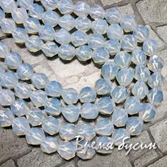 Лунный камень синт., бусины треугольной огранки, 8 мм  (1/2 нити, ок. 24 шт.)