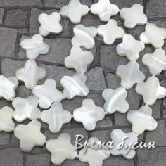 Перламутр натур.  белый, цветочек 15 мм           (1/2 нити, ок.    15       шт.)
